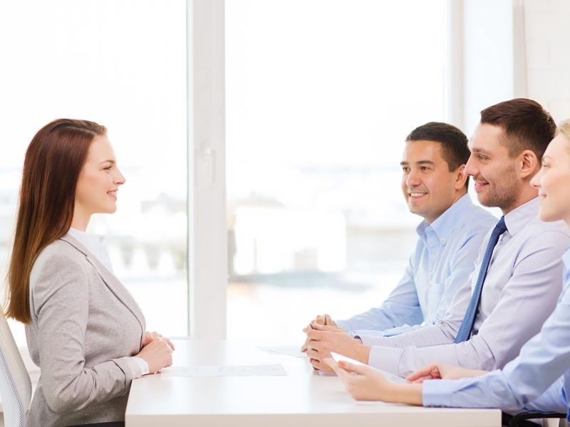 """Tận dụng triệt để """"eye contact"""" (giao tiếp bằng mắt) để chiếm được lòng tin của nhà tuyển dụng."""
