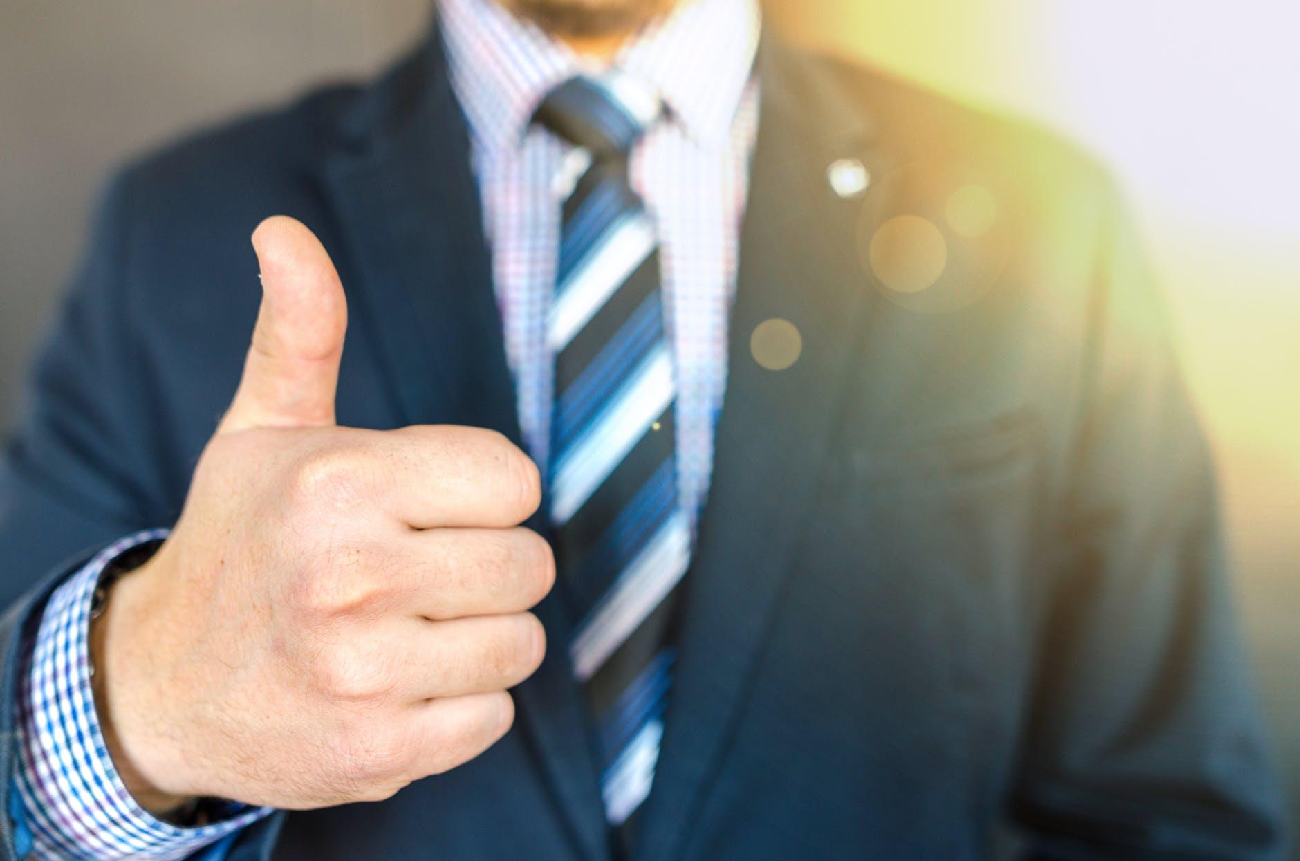 Giới thiệu bản thân một cách cởi mở cùng với những điểm mạnh của mình sẽ giúp bạn ghi điểm trong mắt nhà tuyển dụng