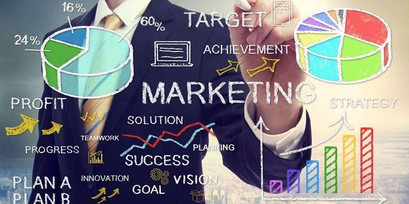 Nhân viên marketing làm thêm ngoài giờ